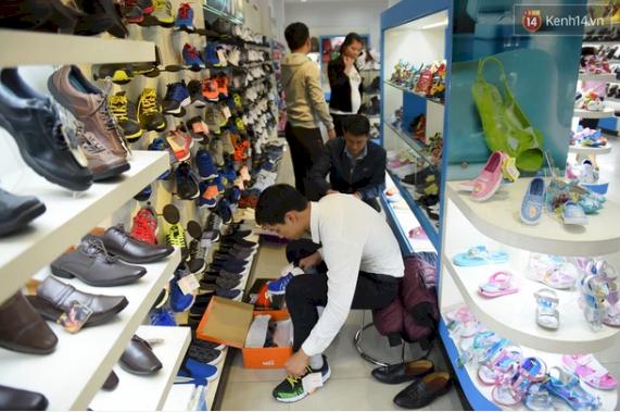 Ở đỉnh điểm của cơn sốt, lượng khách hàng đổ đến các cửa hàng của Biti's vô cùng đông nhưng những mẫu giày hot lại vô cùng khan hàng.